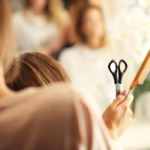 Eine Hairstylistin frisiert eine Kundin