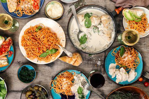 Urlaubsküche für zu Hause: verschiedene Gerichte auf einem Tisch