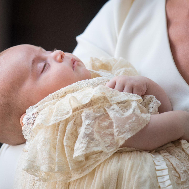 Prinz Louis schläft auf Mamas Arm