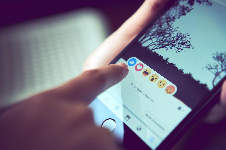 Facebook: 50 Euro Strafe für Mittelfinger-Emoji
