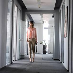 Mittleres Management: Frau im Büroflur