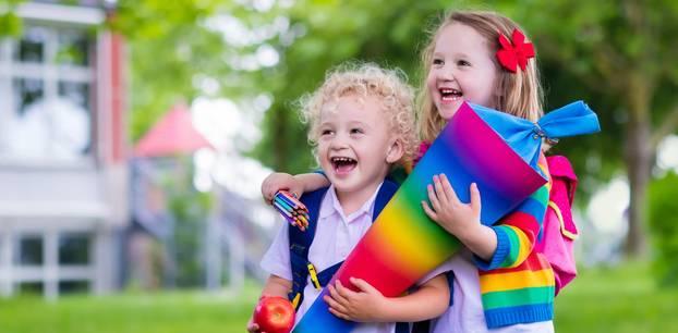 Schultüte basteln: Kinder mit DIY Schultüte