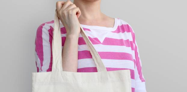 Konsumverzicht: Frau mit Baumwollbeutel Tragetasche
