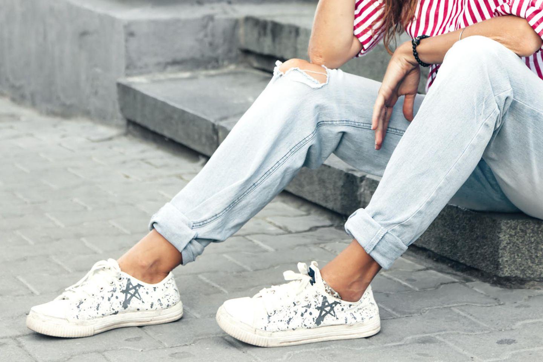 Schuhlasche rutscht: Frau mit Sneakern