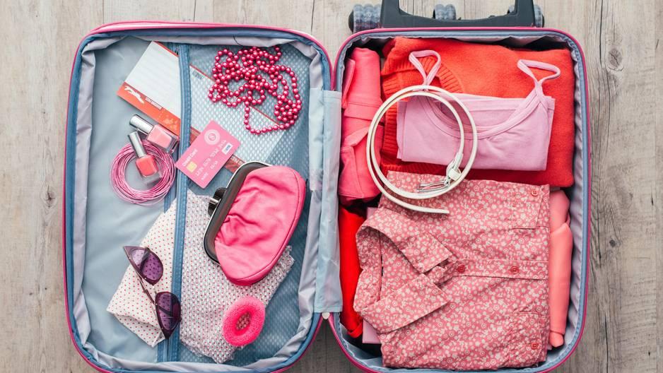 Koffer packen: Koffer mit Kleidung drin
