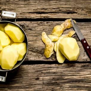 Kartoffeln schälen: Geschälte Kartoffeln in einem Topf