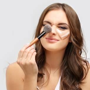 Foundation-Fehler: Frau mit Make-up im Gesicht