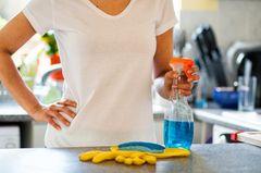 Frau putzt zwei Stunden lang die Küche und stirbt