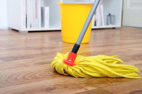 Laminat reinigen: Boden mit Bodenwischer putzen