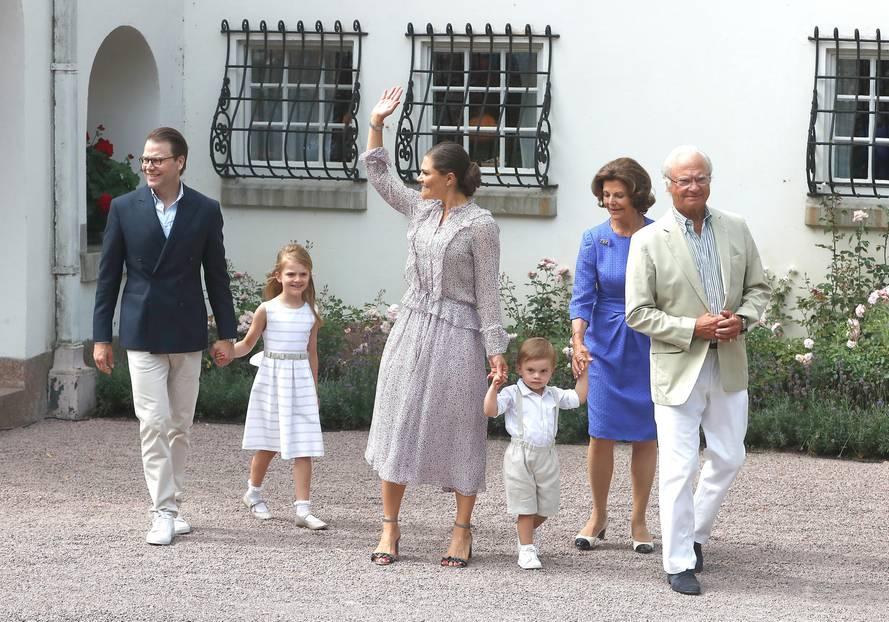 König Carl Gustaf, Königin Silvia, Kronprinzessin Victoria, ihr Mann Daniel und ihre beiden Kinder Estelle und Oscar begrüßen die royalen Fans vor Schloss Solliden. Victorias Geburtstag ist jedes Jahr ein großes Event in Schweden.