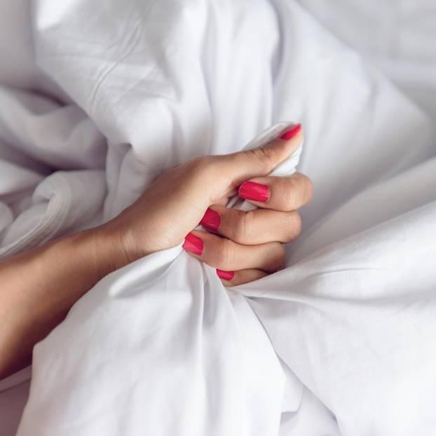 Erotische Geschichten: Hand greift in die Bettwäsche