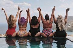 Instagram: Fünf kurvige Frauen sitzen im Bikini am Pool