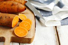Süßkartoffeln roh essen: Süßkartoffeln auf Schneidebrett