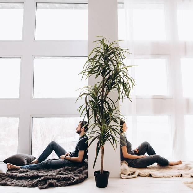Streitkultur: Mann und Frau sitzen Rücken and Rücken, getrennt von einer Wand