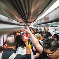 Erste Stadt verteilt Gratis-Deo in der U-Bahn