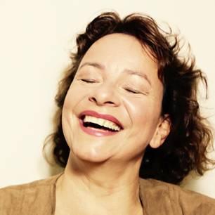 """Die Karlsruher Schauspielerin und Autorin Ute Merz erlebt immer wieder skurrile  Situationen in ihrem neuem Leben als """"getrennt Erziehende"""" und Selbständige. Neben der Leitung ihrer Kinder-Schauspielschule """"imagine"""" inszeniert und schreibt sie Theaterstücke für und mit Frauen, singt gerne im Chor und versucht sich als Hobbygärtnerin. Und ganz nebenbei will sie nun auch noch einen aufregenden Mann kennenlernen …"""