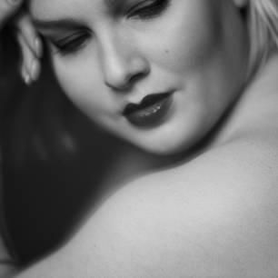 """Wie Frauen definiert werden  Sehr jung, sehr mager und sehr konsequent blicken sie uns von Plakatwänden und aus Zeitschriften an: Frauen. Denn in öffentlichen Bildern wird uns nur ein einziger Frauentyp serviert: jugendlich, hellhäutig, langhaarig und dünn. An sich ist das nichts Neues, denn schon immer wurde das Ideal des weiblichen Körpers in engen Grenzen definiert. Nur die Vorstellung davon, was als erstrebenswert gilt, unterliegt einem stetigen Wandel.  Die Fotografin Sung-Hee Seewald hat beschlossen, sich mit ihrer Arbeit um die anderen 90 Prozent der Frauen zu kümmern; um die, die in Werbung und Medien nicht vorkommen. Sie fragte sich: Wie kann es sein, dass der weibliche Körper derart normiert wird, wenn er im echten Leben so unterschiedlich in Größe, Alter, Form, Farbe und anderer individueller Merkmale ist?  In ihrem Body-Positivity-Projekt """"Female Diversity"""" zeigt die Münchnerin, wie Frauen wirklich aussehen. Und welche Schönheit in ihrer Individualität und Unterschiedlichkeit verborgen liegt. Denn das dominierende Frauenbild führt dazu, dass sich viele von uns falsch und unattraktiv fühlen. Und das ist bitter.  Seewald betont auch auf ihrer Website, dass die Definition der modernen Frau nicht bei den Äußerlichkeiten Halt macht. Schließlich wird auch definiert, wie sich eine Frau zu verhalten hat und wie sie sein sollte, ob sie Kinder haben oder Karriere machen oder beides unter einen Hut bekommen sollte. Wann sie eine gute Mutter ist und wann eine gute Geschäftsfrau. """"Altert sie?"""", fragt Sung-Hee Seewald und antwortet selbst: """"Besser nicht, denn Jugend ist Standard.""""  Auf ihrer Website fordert die Fotografin: """"Frauen sollten sich ermächtigt fühlen, ihr eigenes Leben nach ihren Vorstellungen und Sehnsüchten zu kreieren und zu gestalten. Und neue Wege finden, ihr volles Potenzial ALS FRAU auszuschöpfen."""""""