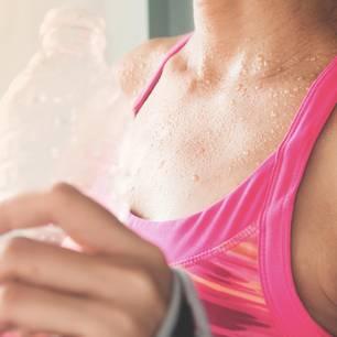 Lebensmitttel gegen Schwitzen : Frau mit Wasserflasche