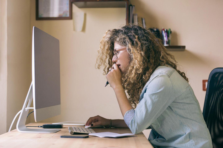 Gehaltsgespräch: Frau vor dem Computer