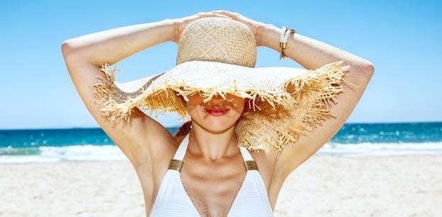 Sommer-Beauty-Hacks: Frau mit Hut am Strand