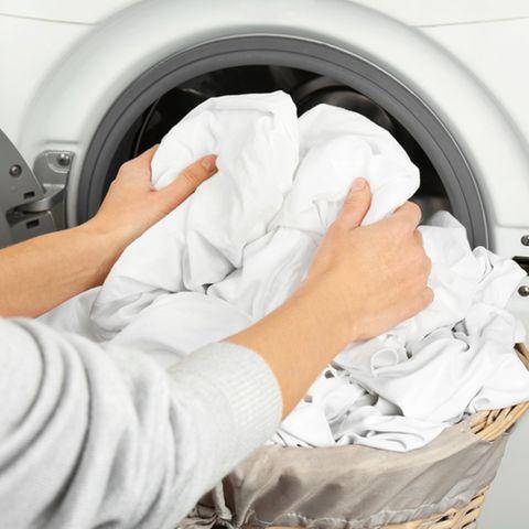Weiße Wäsche waschen: Weiße Bettwäsche in Waschmaschine
