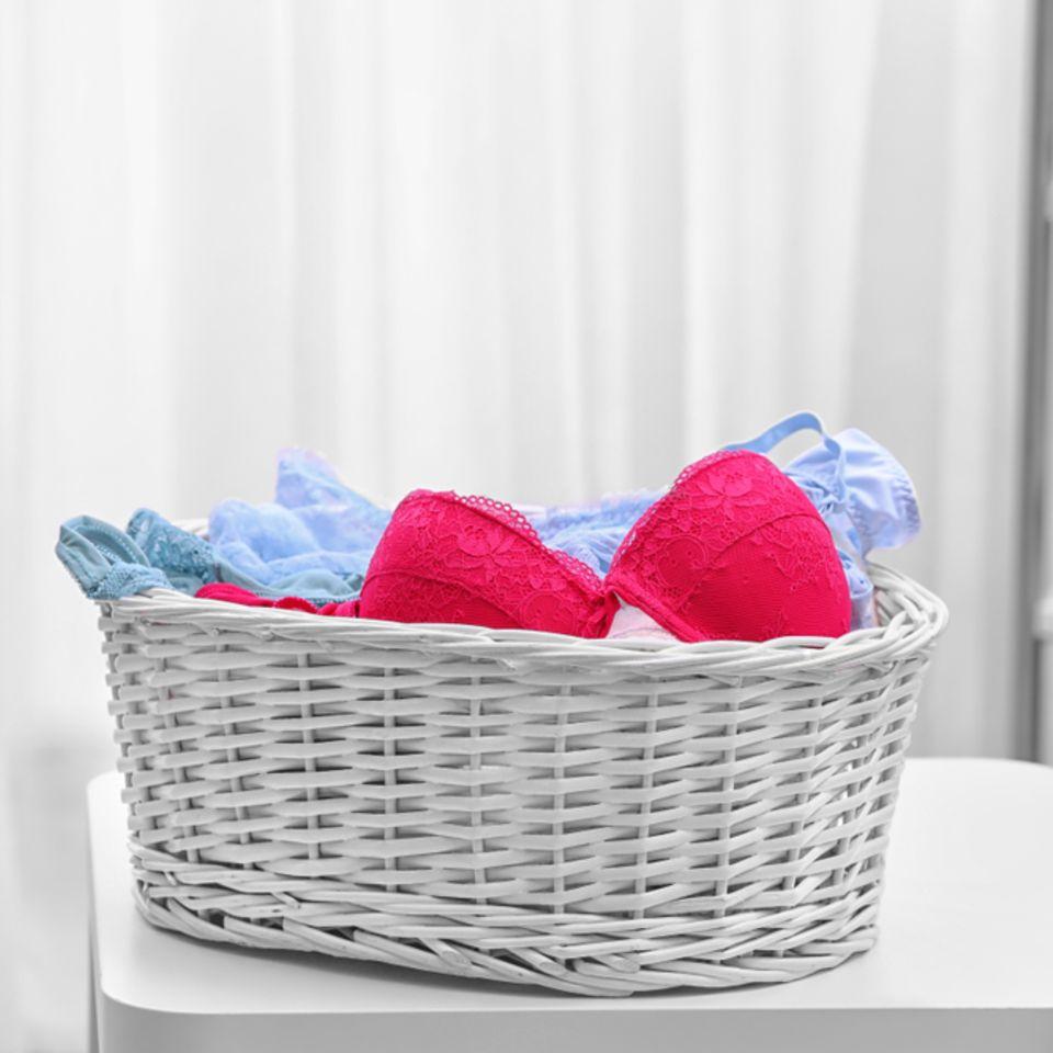 Unterwäsche waschen: BHs und Unterhosen im Wäschekorb