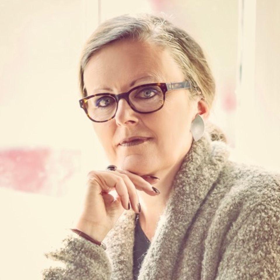 Sabine Wallefeld hat fast 30 Jahre als Gymnasiallehrerin gearbeitet, bis sie ihrer Berufung folgte. Heute ist sie Autorin und Malerin und hat in Hülsenbusch, einem kleinen  Dorf nahe Köln, ein Künstlerhaus eröffnet.