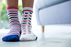 Socken waschen: Bunte Socken tragen