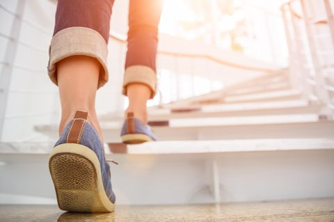 Sport nebenbei: Frau läuft Treppen hoch