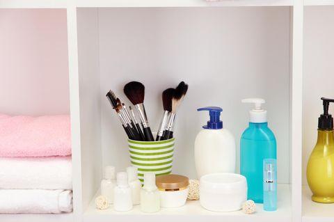 Badezimmer-Aufbewahrung: Pinsel und Creme im Badezimmer