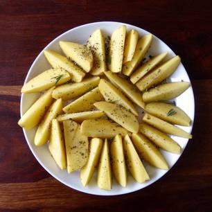 Kartoffeln roh essen: Rohe Kartoffeln auf einem Teller