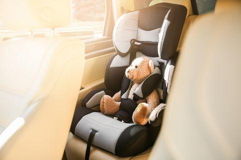 Nordrhein-Westfalen: Teddy in einem Auto-Kindersitz