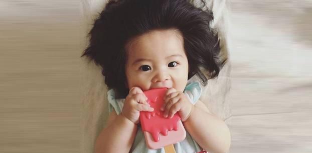Baby mit Wuschelhaaren