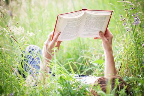 Bücher für den Urlaub: Frau mit Buch