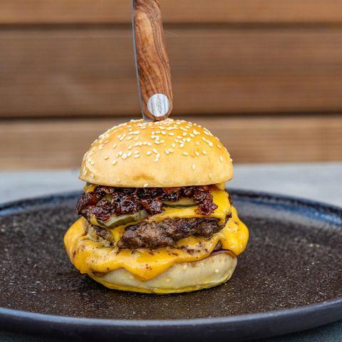 Double Cheddar-Burger mit Bacon Jam und Smokey Tomato Chutney