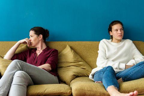 Umgang mit Teenagern: Mutter und Tochter auf dem Sofa
