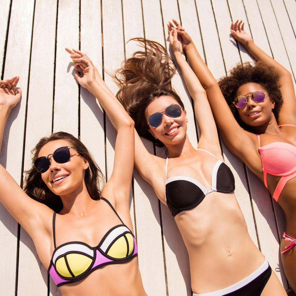 Brust-Formen: drei Frauen im Bikini