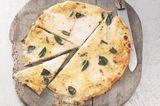 Flammkuchen mit Mozzarella und Salbei