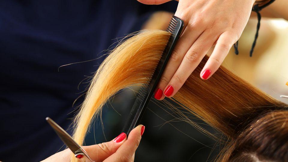 Frau lässt sich die Haare färben – und endet unterm Feuerwehrschlauch