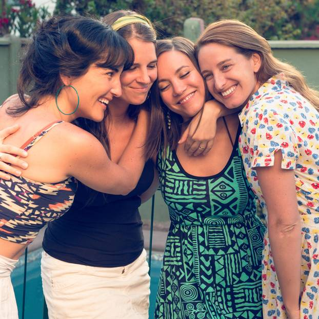 Wahre Freundschaft: Frauen umarmen sich