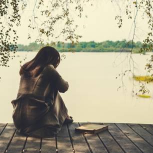 Als Kind nicht geliebt? Eine einsame Frau am See