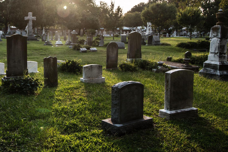 Gruselig: Mann hört auf Friedhof Klopfgeräusche aus frischem Grab 👻