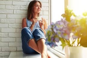 Kaffee-Vorteile: Frau genießet Kaffee