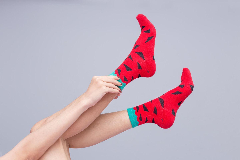Hitzetipps der Redaktion: Füße mit bunten Socken