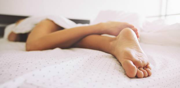 Nackt schlafen bei Hitze: Experte rät ab