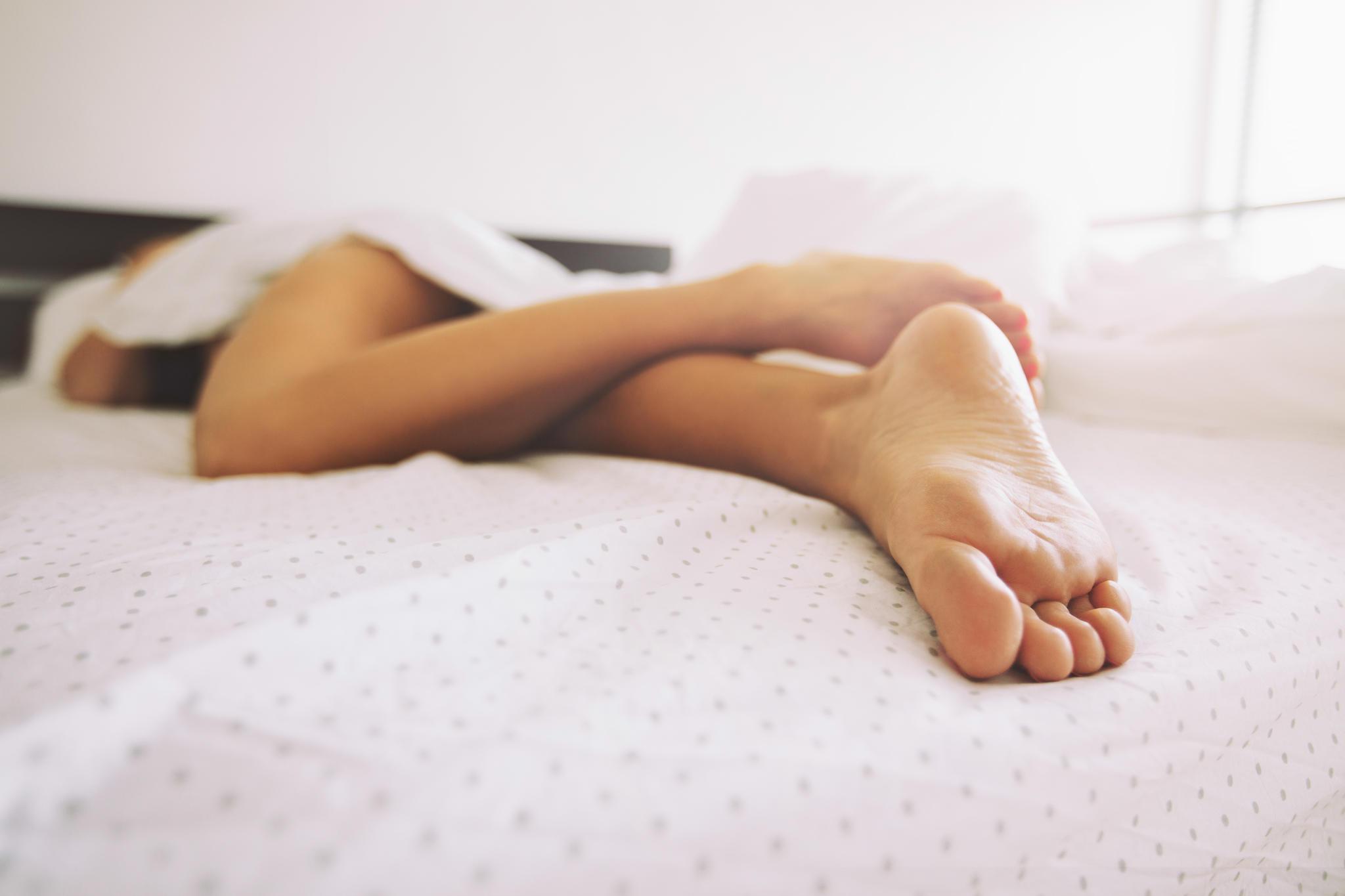 frau nackt schlafen
