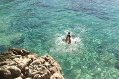Lotta Englich: Mädchen springt kopfüber ins Wasser