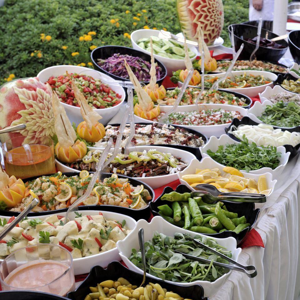Salatbuffet: Salate auf einem Tisch