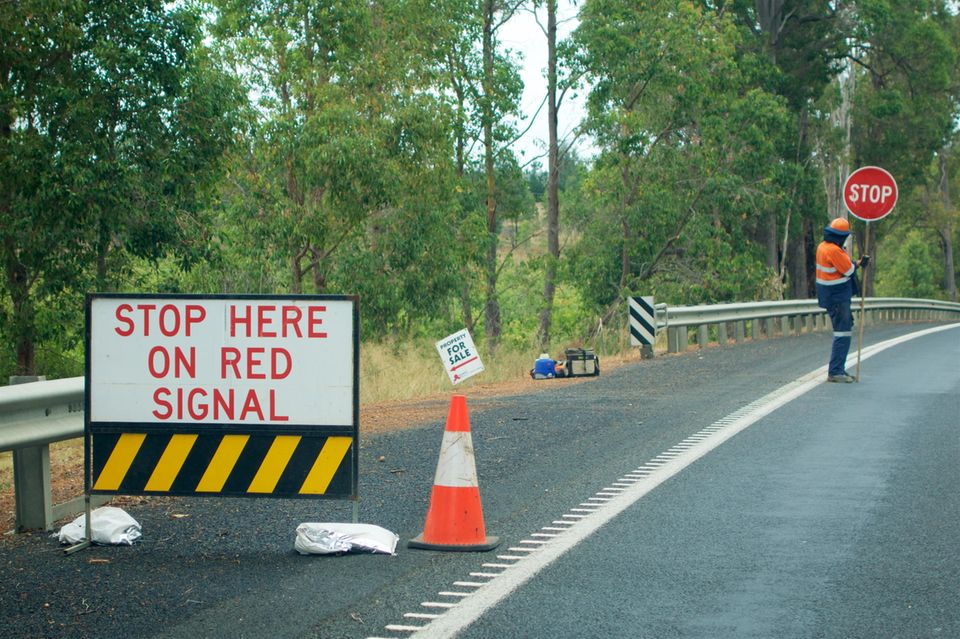 """Neuseeland: """"Linemen""""- werden zu """"Line Crew""""-Schildern: Symbolbild mit Stoppschild"""