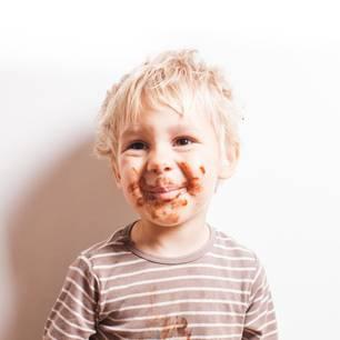 Schokoladenflecken entfernen: Verschmierter Junge